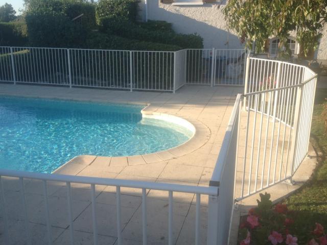 Barrière homologuée de protection piscine Verseau - JARDINPRIXBAS.COM